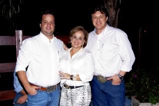 Aldeir Bellodi, Zélia Bellodi proprietários da Agropecuária Zélia Bellodi e Almir Cambra presentes no ponto de apoio em Uberlândia do 1o Leilão ISLA Senepol