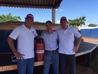 """Pedro Crosara (centro) recebe dos técnicos da S+ Alex Marconato (esq.) e Luciano Aranha o botijão que ele considera """"uma dádiva""""."""