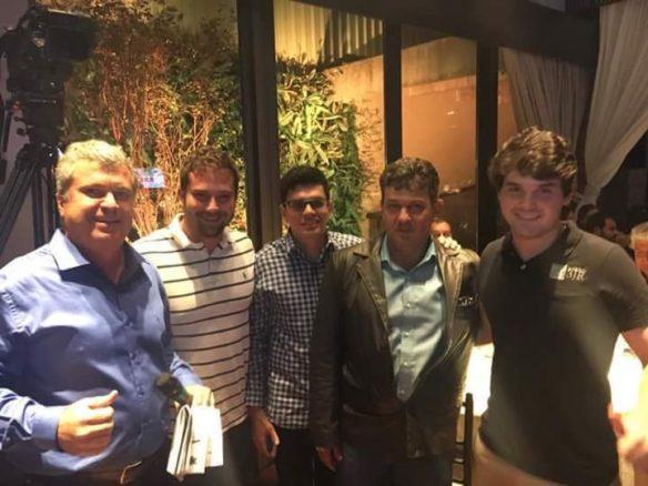 Johnatan Thomazini (dir.) ao lado de Marcos Camargo Mota e com JR Fernandes (esq.), no momento da compra de 50% da doadora MAC 35, no Leilão Brandamundo. (Foto: Assessoria Comunicação Grama Senepol)