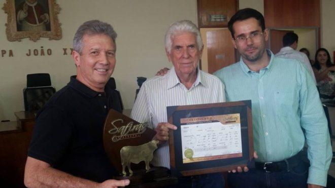 Premiação da campeã do Grupo 2, RN 234: (da esquerda) Itamar Netto (ITA Senepol, representando o ganhador Róbson Netto Rodrigues, da R3 Senepol), José Antônio Fernandes Netto (Grama) e Gilberto Menezes (Embrapa).