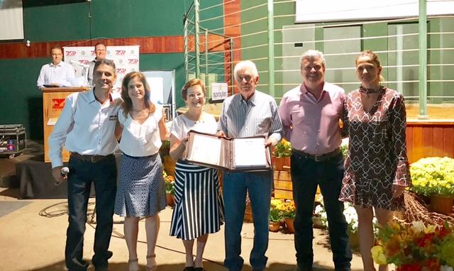 José Antonio Fernandes Netto, Dejanira Fernandes e família são homenageados pelo Presidente da ABCB Senepol, Pedro Crosara